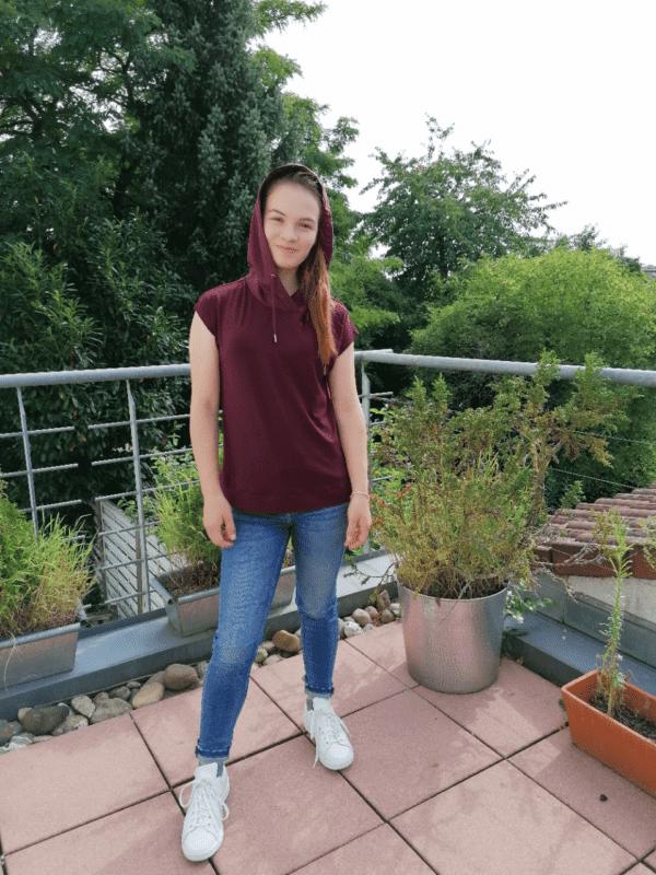 Art. 669134 von Kenny S Kapuzenshirt in der Farbe Beere mit kurzem angeschnittenem Arm kombiniert mit einer Jeans bei Mode Sabine Lemke in Winnenden