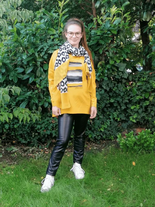 Kenny S Kombination Sweater mit Frontprint in Safrangelb Art 955344 und schwarze Lederimitat Hose Art. 027609